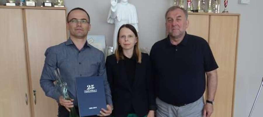 Podpisanie umowy wręczeniem tytułu  Honorowego Przyjaciela Szkoły panu  dr inż. Sylwestrowi Czaplickiemu