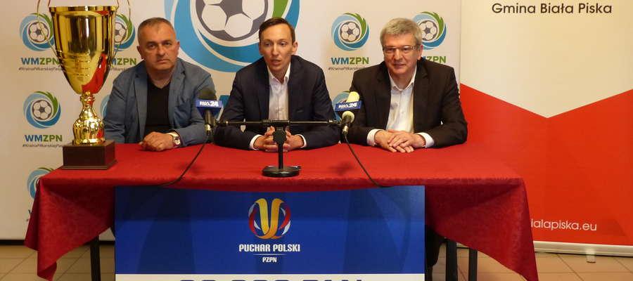 (Z lewej) Jacek Jankowski, prezes Znicza, Marek Łukiewski, prezes WMZPN oraz Wojciech Stępniak, burmistrz Białej Piskiej