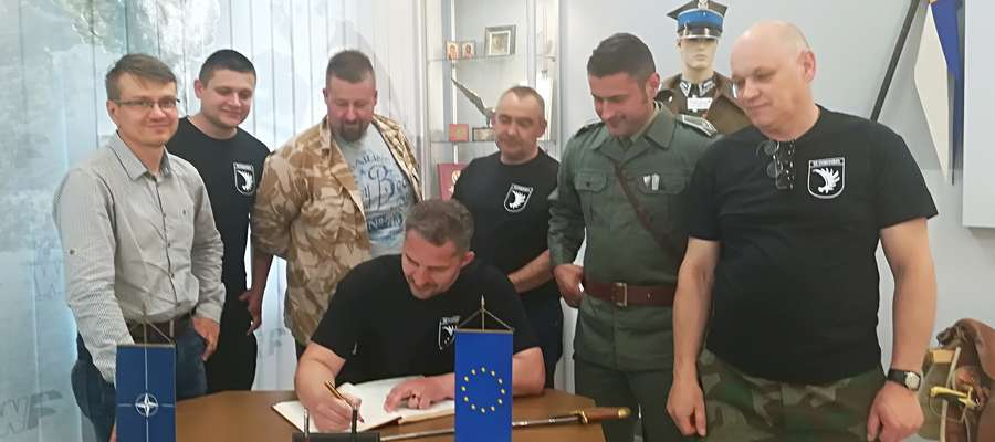 Rekonstruktorzy drugiej wojny światowej przybyli na Europejską Noc Muzeów do Lidzbarka Warmińskiego.