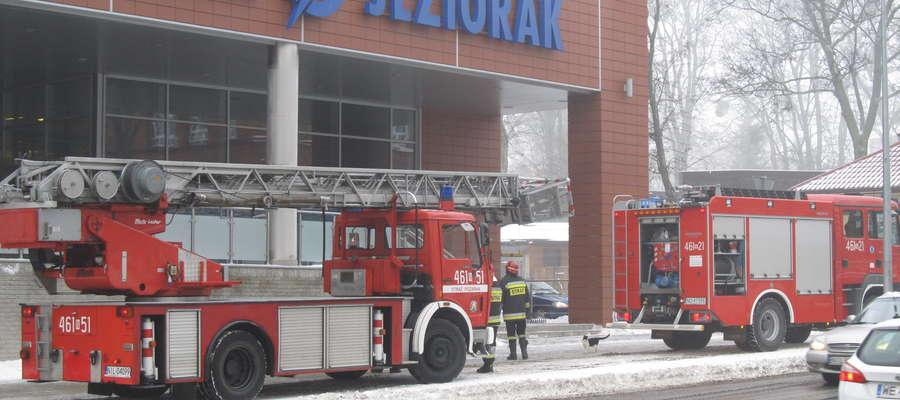 Zdjęcie jest tylko ilustracją do artykułu— straż pożarna pod galerią handlową Jeziorak w wigilię Bożego Narodzenia 2012