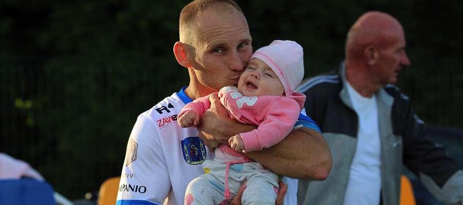 Daniel Madej (Jeziorak Iława) był w Rudzienicach dopingowany przez swoją córeczkę, Julię. Efekt: dwa gole, w tym jeden piękny po strzale z dystansu