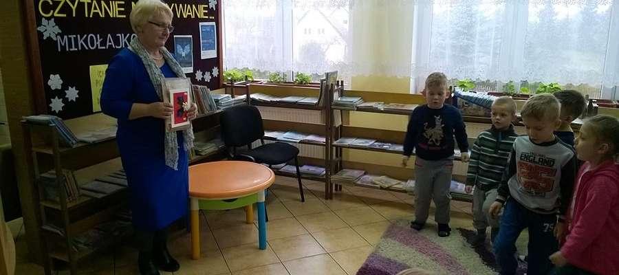 Teresa Kulpaka podczas czytania dzieciom w bibliotece.