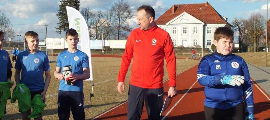 Trenerzy Adam Łopatko (na zdjęciu w środku) i Grzegorz Żytkiewicz poprowadzili spotkanie m.in. w Górowie Iławeckim