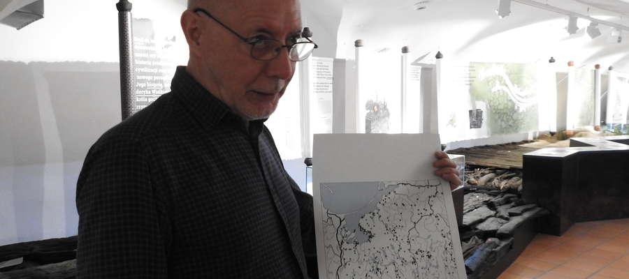 Marek Jagodziński prezentuje na mapie miejsce odnalezienia monety