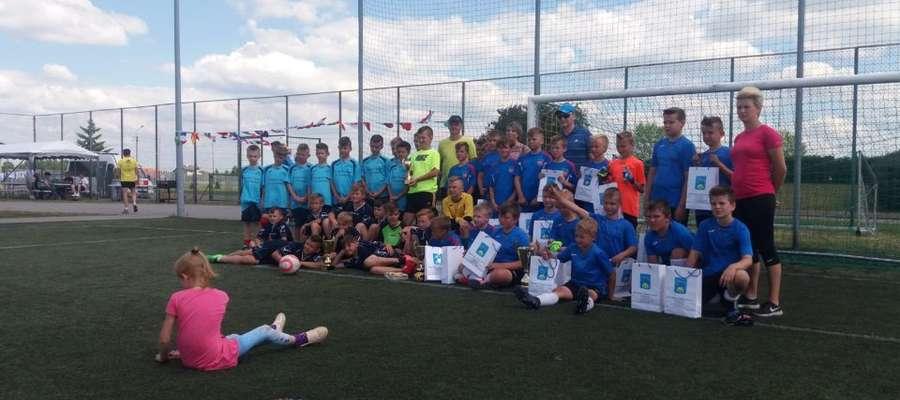 Młodzi piłkarze z ochotą zapozowali do pamiątkowej fotografii