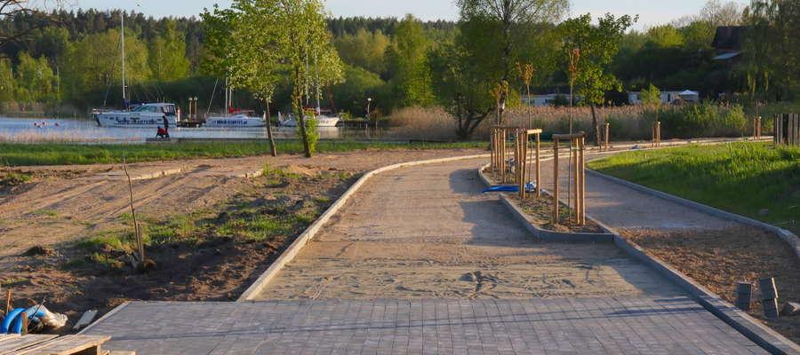 Promenada nad jeziorem Niegocin w Wilkasach w gminie Giżycko (w budowie)