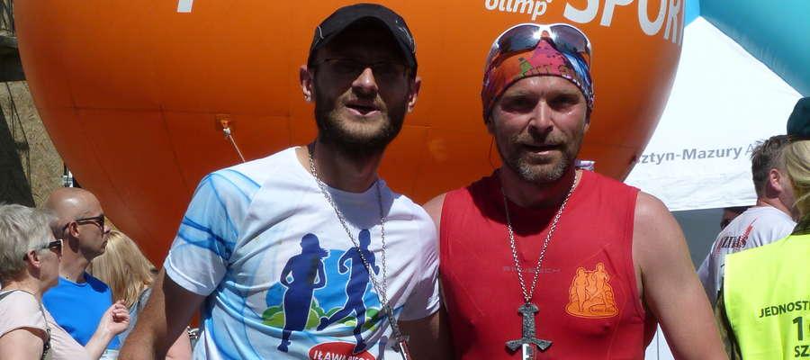 Przemysław Belka (z lewej) i Rafał Szczecina tuż po pokonaniu maratonu w Szczytnie