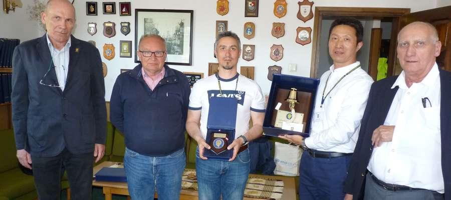 Od prawej: Paweł Perkowski (instruktor), Jacek Nowicki (szef ośrodka), Sorinel Buzoianu (nr 4999), kursant nr 5000 Jiujin Yao oraz Mirosław Łukawski, szef instruktorów