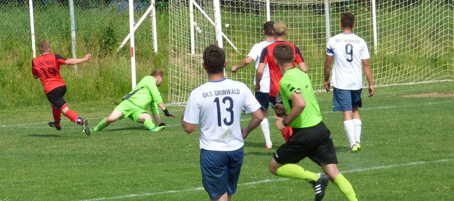 Dominik Bróździński (nr.19) z ostrego kąta zdobywa 3 gola dla Startu Nidzica