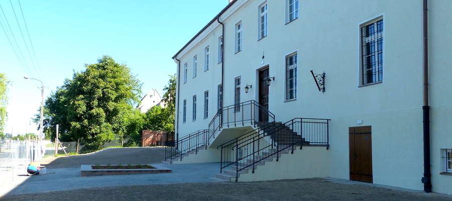 W budynku Gimnazjum odtworzono pałacowe wejście od Bulwaru Zygmunta Augusta
