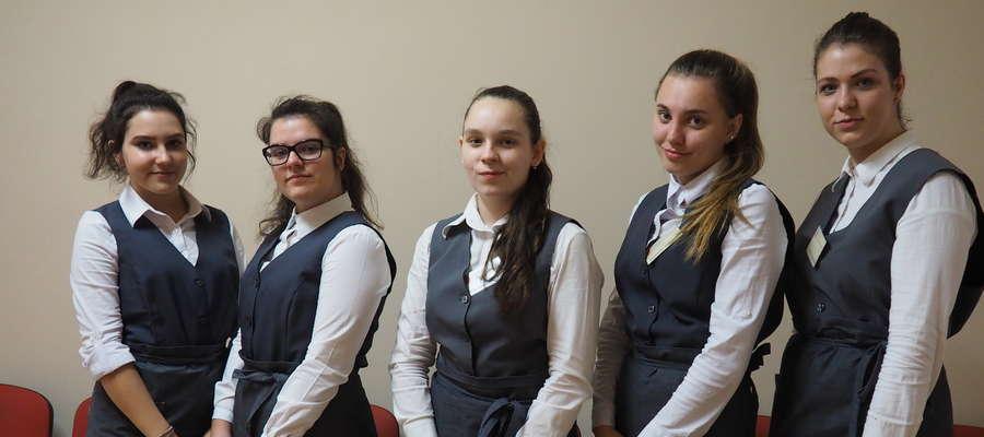Przemiłe uczennice ZS w Malinowie dbały o uczestników turnieju