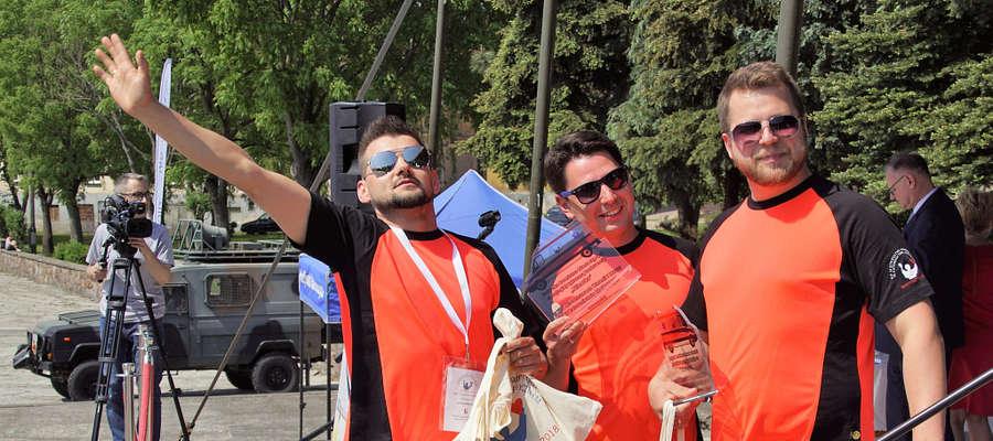 Od lewej: Jakub Suder, Mateusz Skalniak i Jacek Błasiak czyli zespół z Sosnowca, który zwyciężył w XVI Mistrzostwach Warmii i Mazur w Ratownictwie Medycznym.