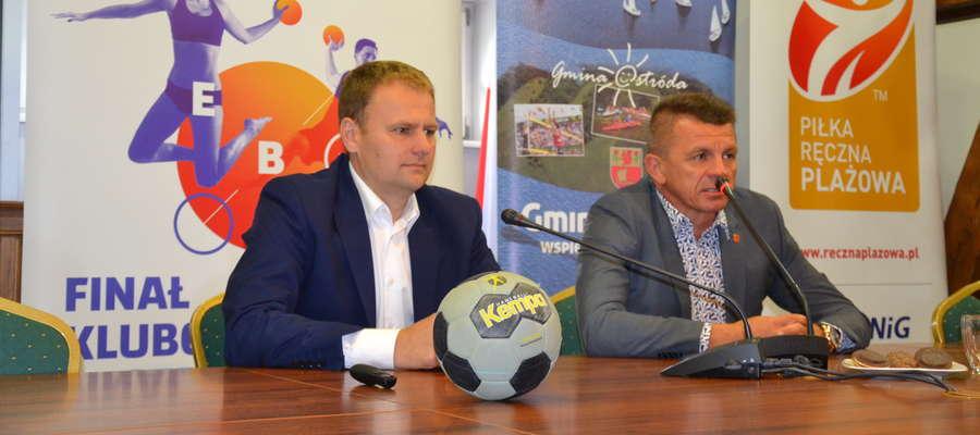 Dyrektor turnieju Tomasz Dowgiałło (z lewej) i Bogusław Fijas, wójt gminy Ostróda zapraszają na finał Klubowych Mistrzostw Europy w beach handballu
