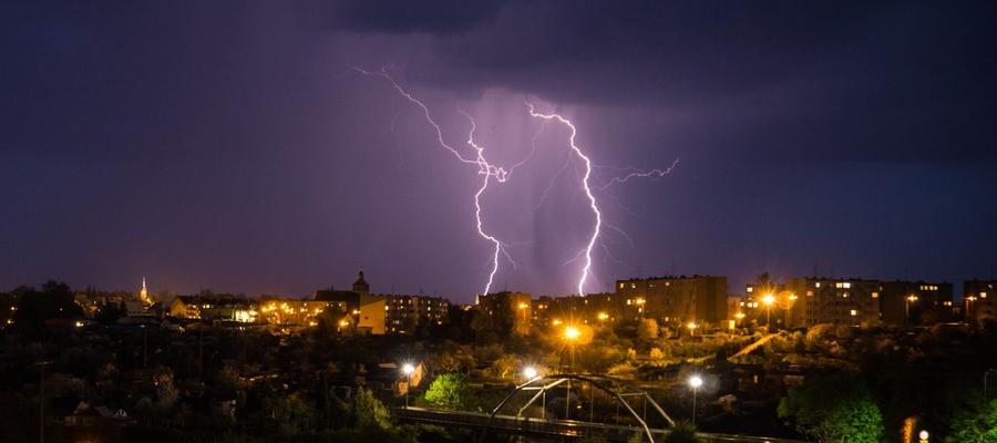 Błyskawice nad Bartoszycami. Zdjęcie z 30 kwietnia