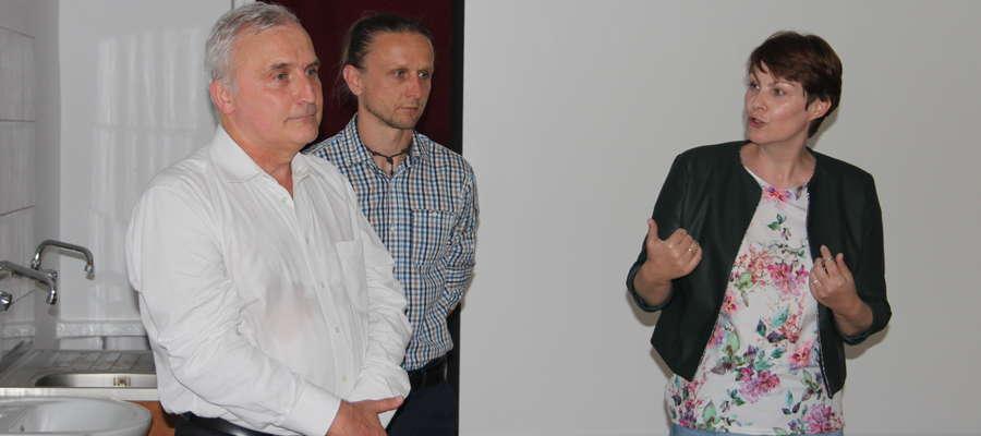 Autorów: Marka Kowalczyka oraz Marcina Jabłońskiego powitała dyrektor biblioteki Joanna Rakoczy.