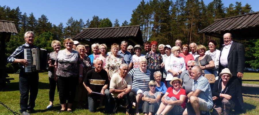 Pamiątkowe zdjęcie przyjaciół z Polskiego Związku Niewidomych i Iskierki Nadziei