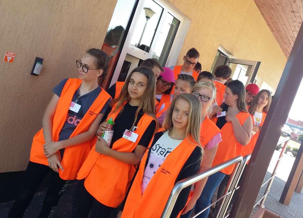 Uczniowie z Zajączkowa w zakładzie IKEI w Lubawie