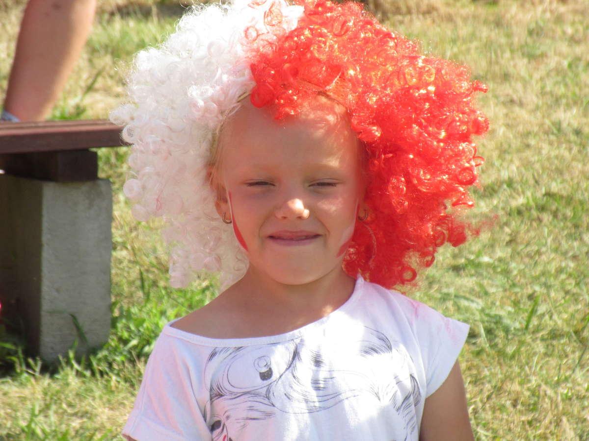 W szkole w Zajączkowie wszyscy ubrali biało - czerwone stroje