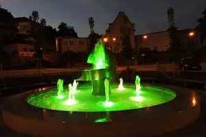Fontanna w Rynie nocą mieni się kolorami