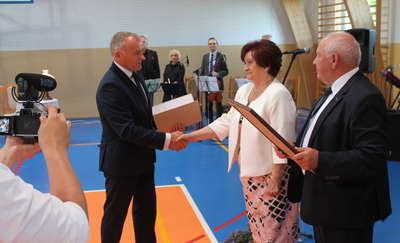 """Historyczne wyróżnienie na sesji. Teresa Nowakowska otrzymała tytuł """"Honorowego Obywatela Gminy Płośnica"""""""