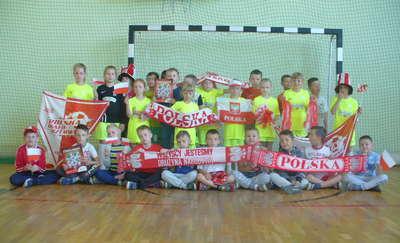 Kibicują Polsce na Mundialu. Uczniowie z Uzdowa na meczu Polska - Litwa