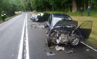 Czołowe zderzenie dwóch aut. Dwie osoby w szpitalu [ZDJĘCIA]