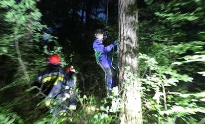 Motolotniarz wylądował na drzewie pod Olsztynem [ZDJĘCIA, VIDEO]