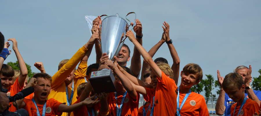 """Młodzi piłkarze Zagłębia Lubin zadebiutowali w Ostróda Cup i to był debiut, co się zowie, bo """"Miedziowi"""" zostali pierwszym polskim zwycięzcą tej imprezy"""