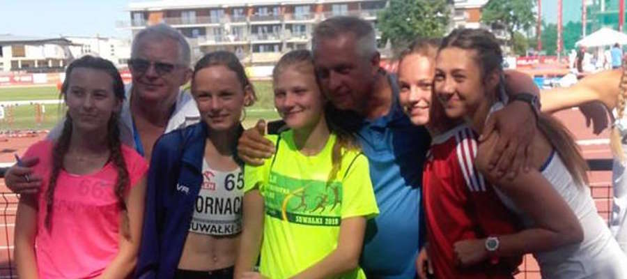 Medalistki z trenerem i prezesem kadry