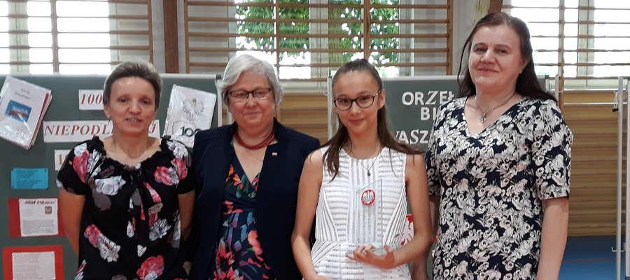 Natalia Rychcik (druga od prawej) zajęła I miejsce w kategorii szkół podstawowych