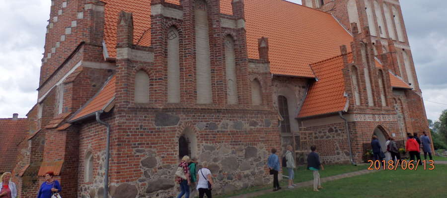 Studenci - seniorzy odwiedzili m.in. kościół parafialny w Mołtajnach