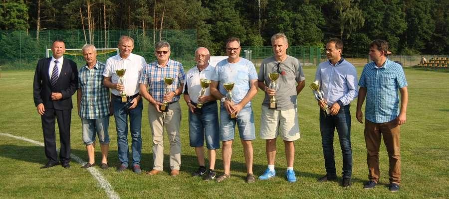 Od lewej Tomasz Mietkiewicz (WMZPN), honorowy prezes GKS Mariusz Jajkowski, wójt Krzysztof Harmaciński, Roman Piotrkowski, oraz trenerzy Czesław Detyna, Marek Otręba, Jarosław Płoski, Marek Witkowski