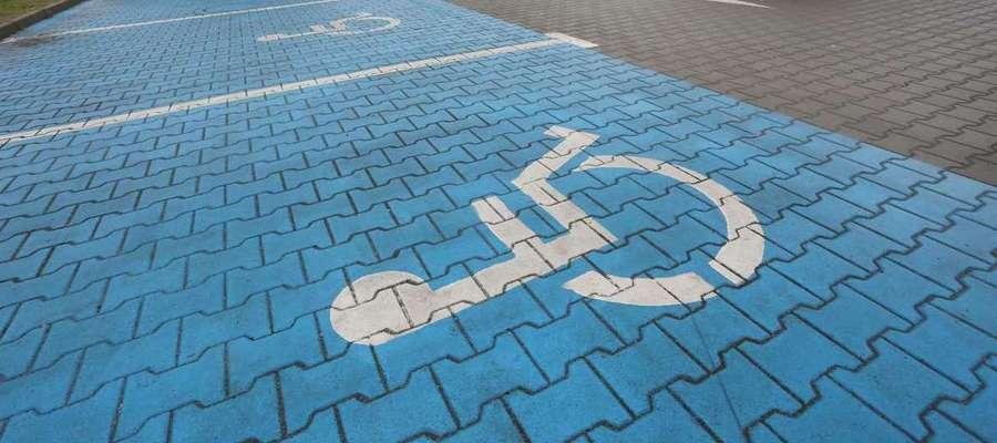 Nawet wysokie kary i groźba odholowania pojazdu nie zniechęcają części kierowców do pozostawienia samochodu na miejscu przeznaczonym dla inwalidy.