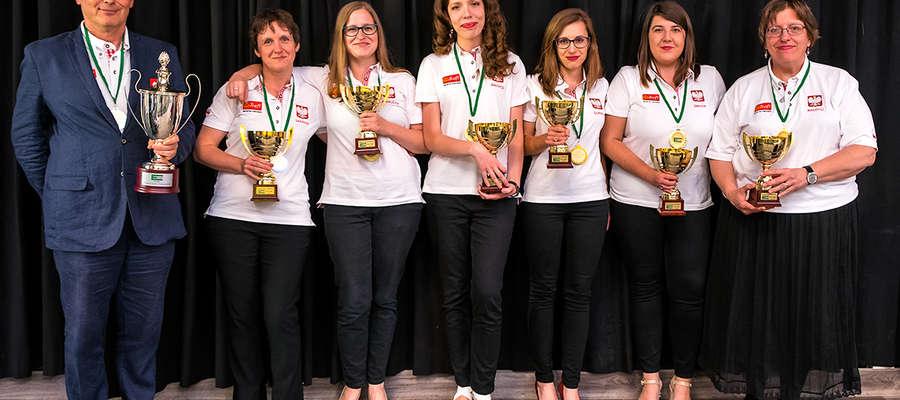 Złote medalistki DME w brydżu sportowym w Ostendzie. Od lewej: Mirosław Cichocki, Anna Sarniak, Danuta Kazmucha i reszta zespołu