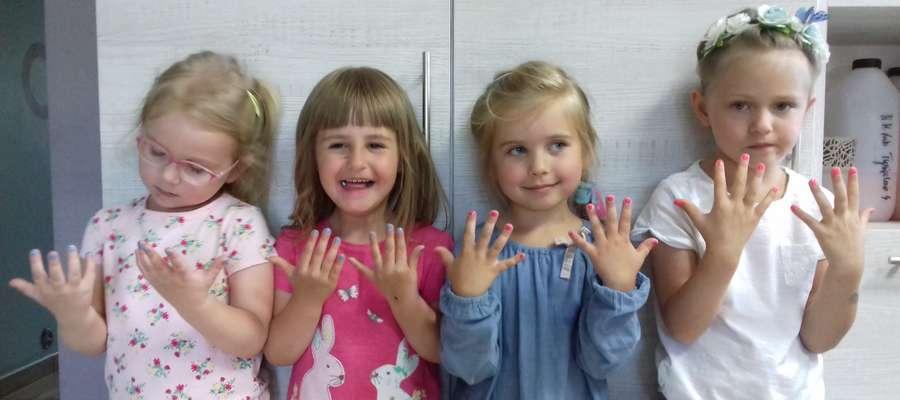 Dziewczynki pokazują pomalowane paznokcie