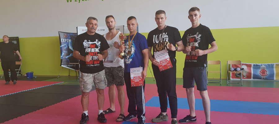 Kickbokserzy EKK Elbląg i trener Piotr Lichociński w Kurzętniku