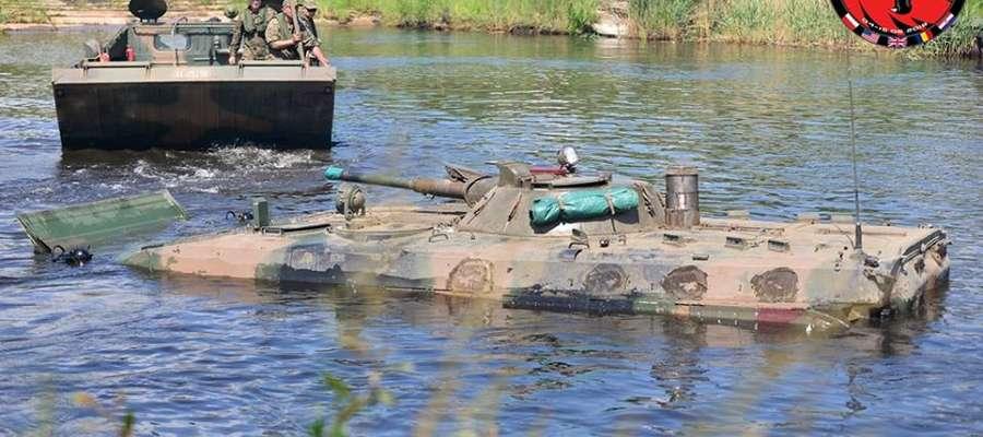 Jednym z kluczowych elementów szkoleniowych jest pokonywanie przeszkody wodnej przez ćwiczące pododdziały