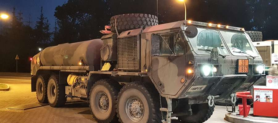Pojazd armii USA wjeżdża na stację benzynową w Iławie
