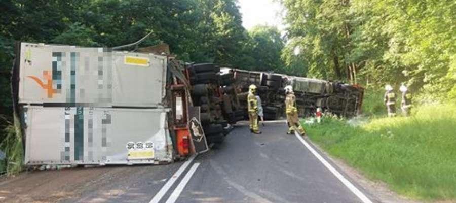 Rosyjska ciężarówka wioząca papier toaletowy przewróciła się na DK 57 [ZDJĘCIA]