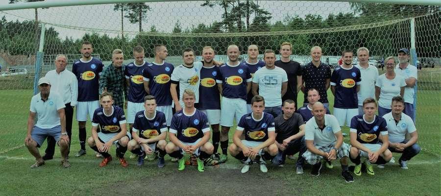 Unia Susz, zdjęcie na koniec sezonu 2017/18 (Krzysztof Bączek pierwszy z lewej w górnym rzędzie). Kadra może się teraz bardzo zmienić