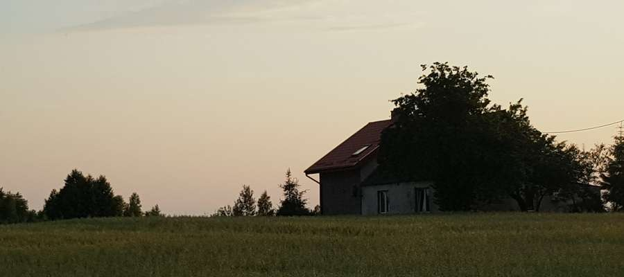 Makabryczne odkrycie we wsi Jeglia. Znaleziono zwłoki jednego z braci bliźniaków, drugi znajduje się w szpitalu