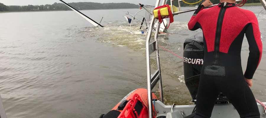 Próby zabezpieczenia jednostki na powierzchni wody oraz holowania