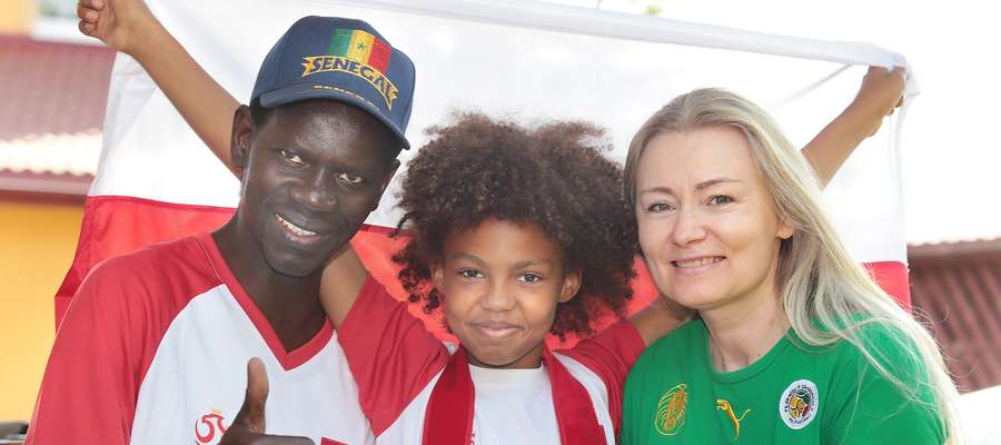 Polska -Senegal  Olsztyn-małżeństwo polsko -senegalskie mieszkające w Nikielkowie Nz. Iwona Anna Ndiaye, Bara Ndiaye, Aisha