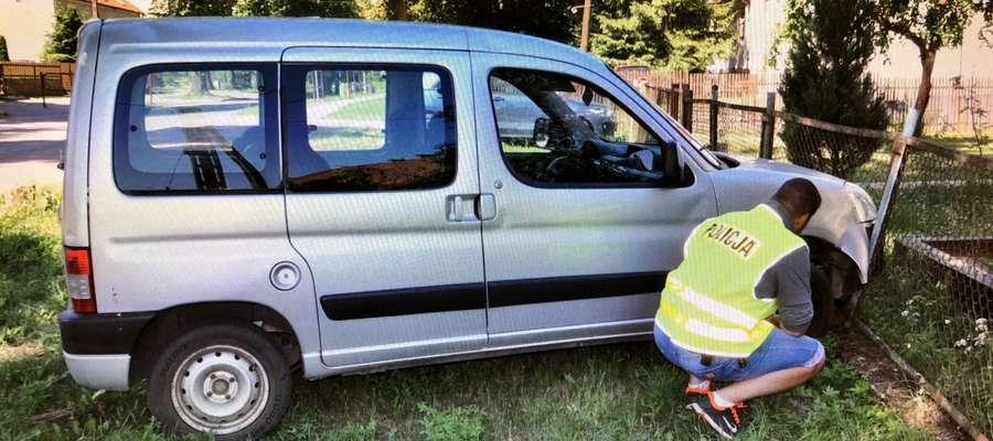 Policjanci przypominają o obowiązku zabezpieczenia parkowanych samochodów.
