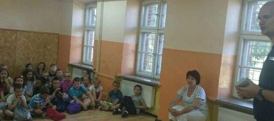 Uczniowie dowiedzieli się, także jak wygląda codzienna praca mundurowych.