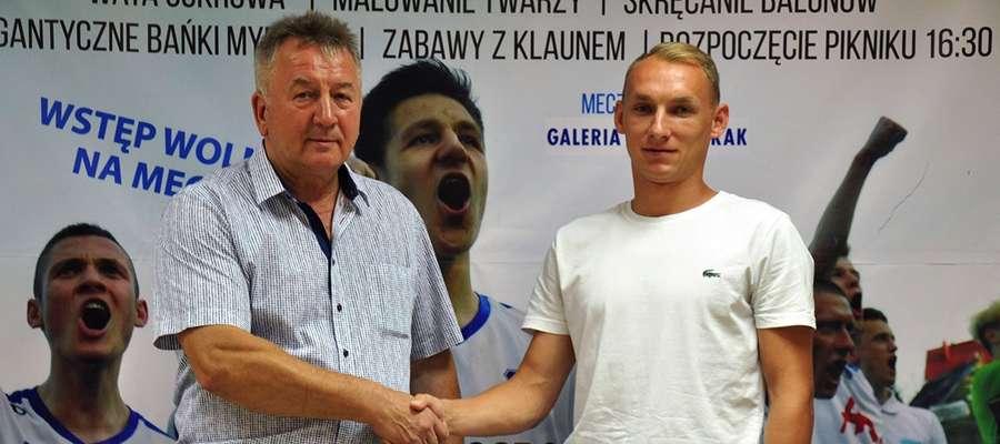 Andrzej Sobiech (z lewej, prezes Jezioraka) i Arkadiusz Kuciński wczoraj doszli do porozumienia w sprawie przyjścia piłkarza do klubu z Iławy