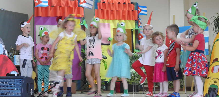 Występy dzieci podczas Pikniku Rodzinnego w Skarlinie