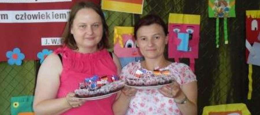 Dzieci przygotowały czekoladowe muffinki z flagami państw, którymi częstowali. Produkty i słodkie upominki ufundowała Rada Rodziców.