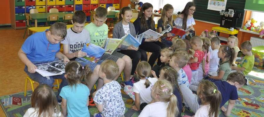 Uczniowie szkoły również czytali przedszkolakom