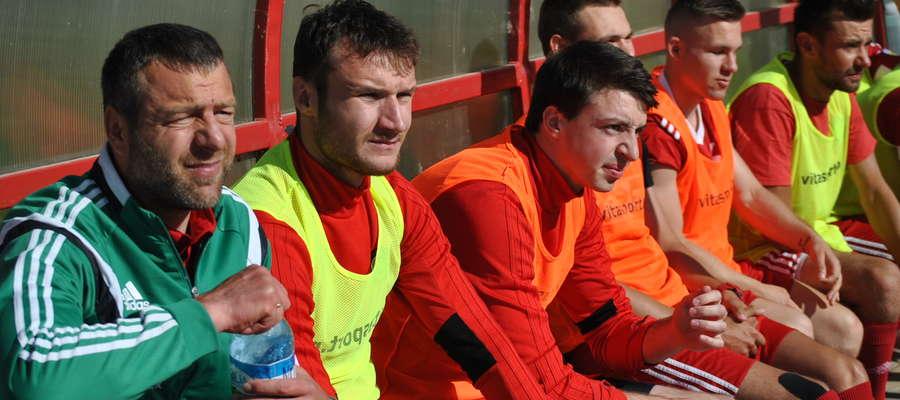 Trener Arkadiusz Klimek i piłkarze GKS-u Wikielec mają kwaśne miny i nie ma co się im dziwić: w ciągu kilku dni dwukrotnie przegrali z Huraganem Morąg, w tym finał WPP